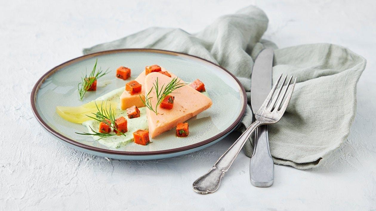 Terrin med varmröklax, örtkräm, tomat och citrongelé