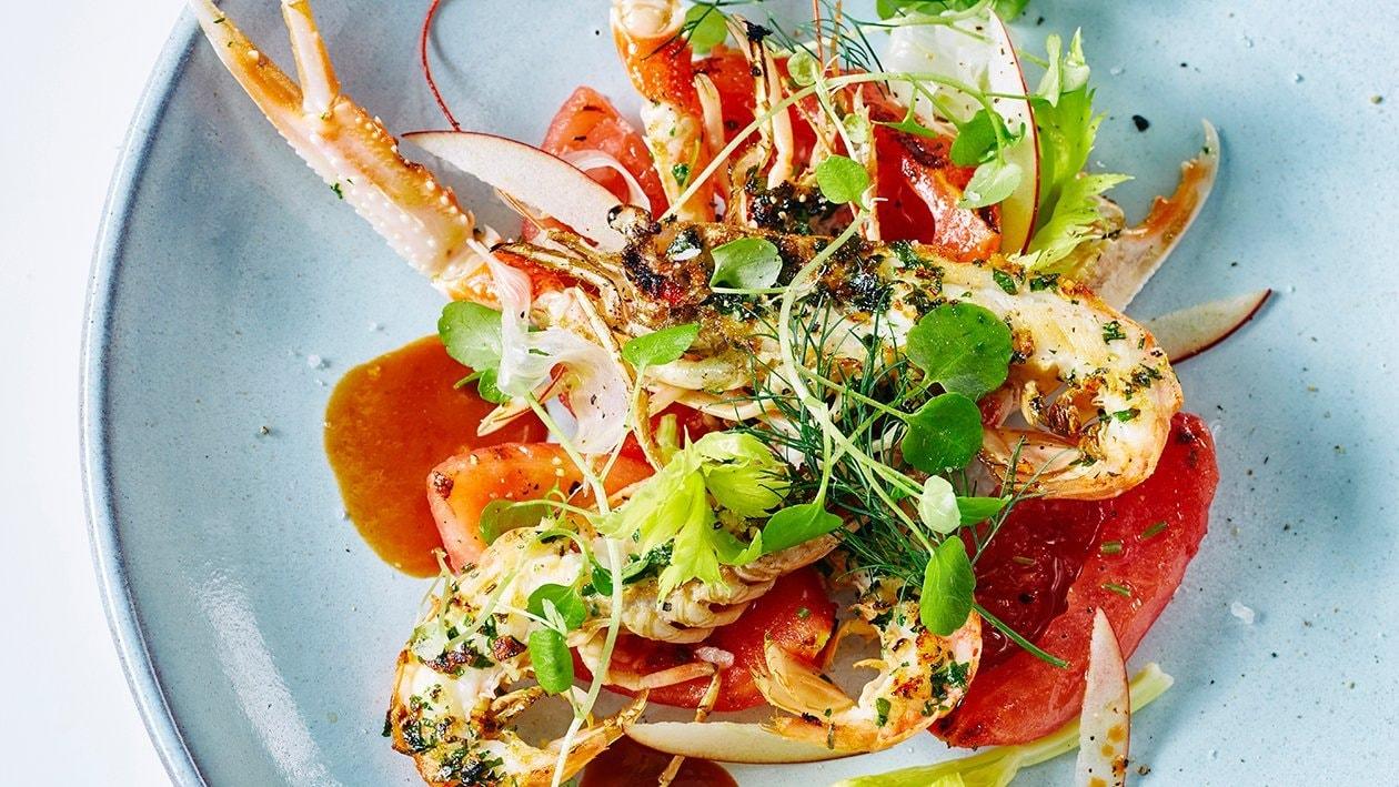Grillade havskräftor, skaldjursbuljong med grillade tomater i ingefära, stjälksellerisallad med äpple och vattenkrasse