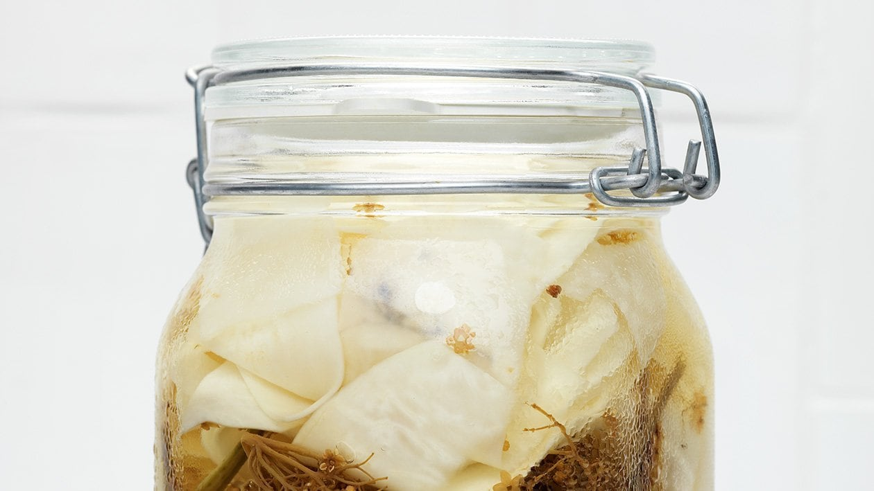 Inlagd fänkål och korianderblommor