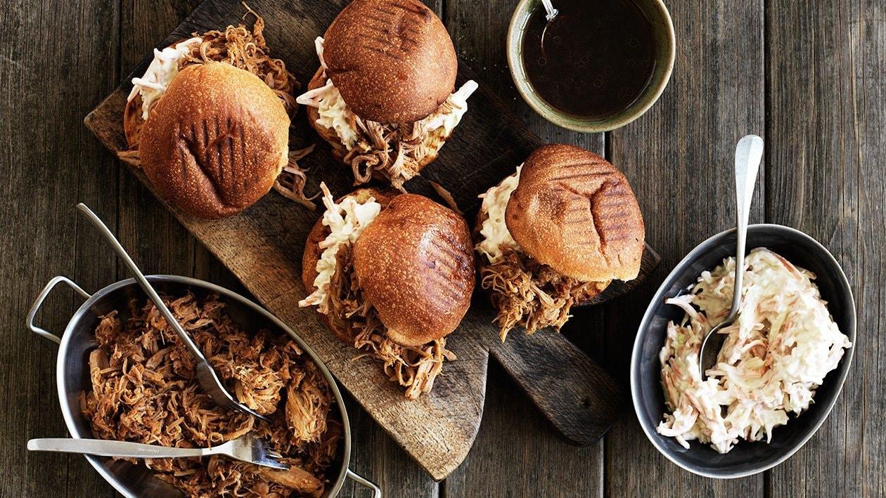 Pulled pork, coleslaw med honungssenap och barbecuevinägrett