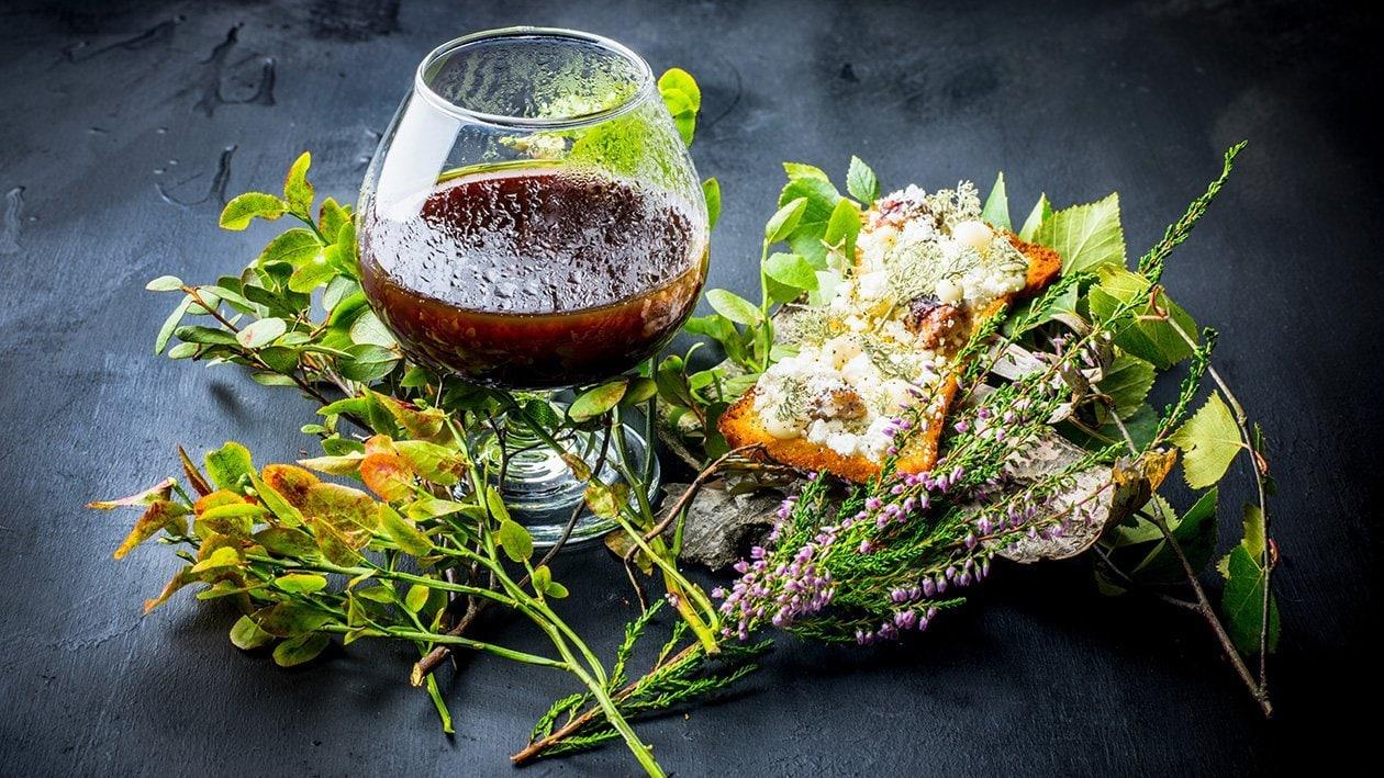 Viltconsommé smaksatt med ramslök, serveras med brioche toppad med friterad lav