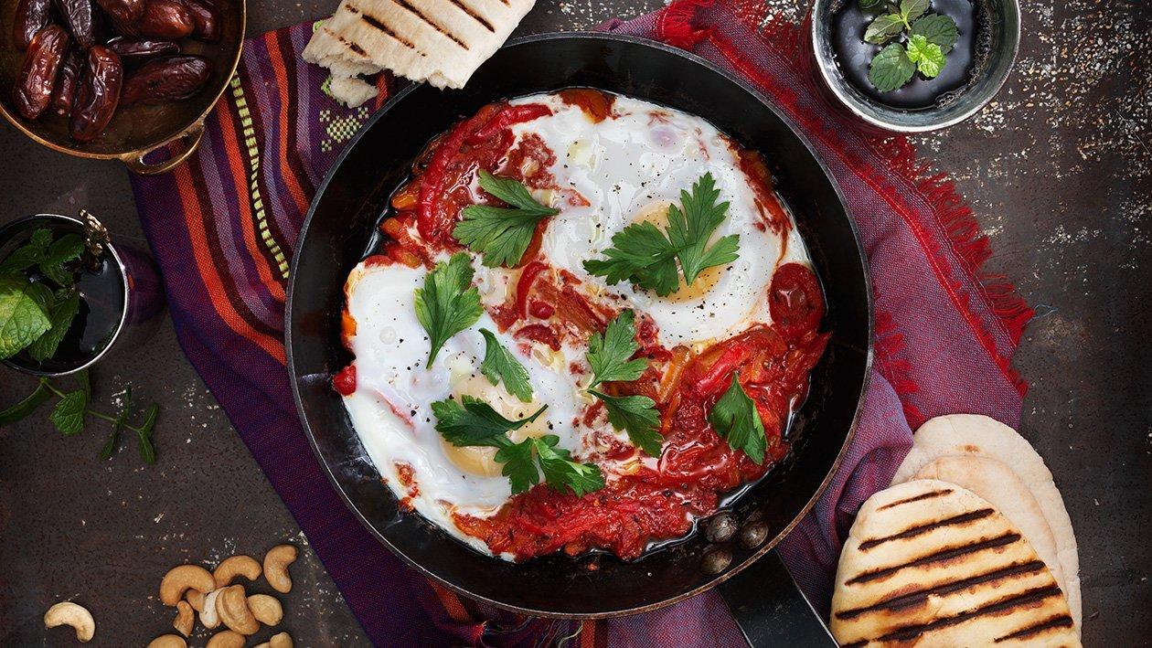 Het Nord Afrikansk gryta på paprika och tomat med ägg - Chachouka