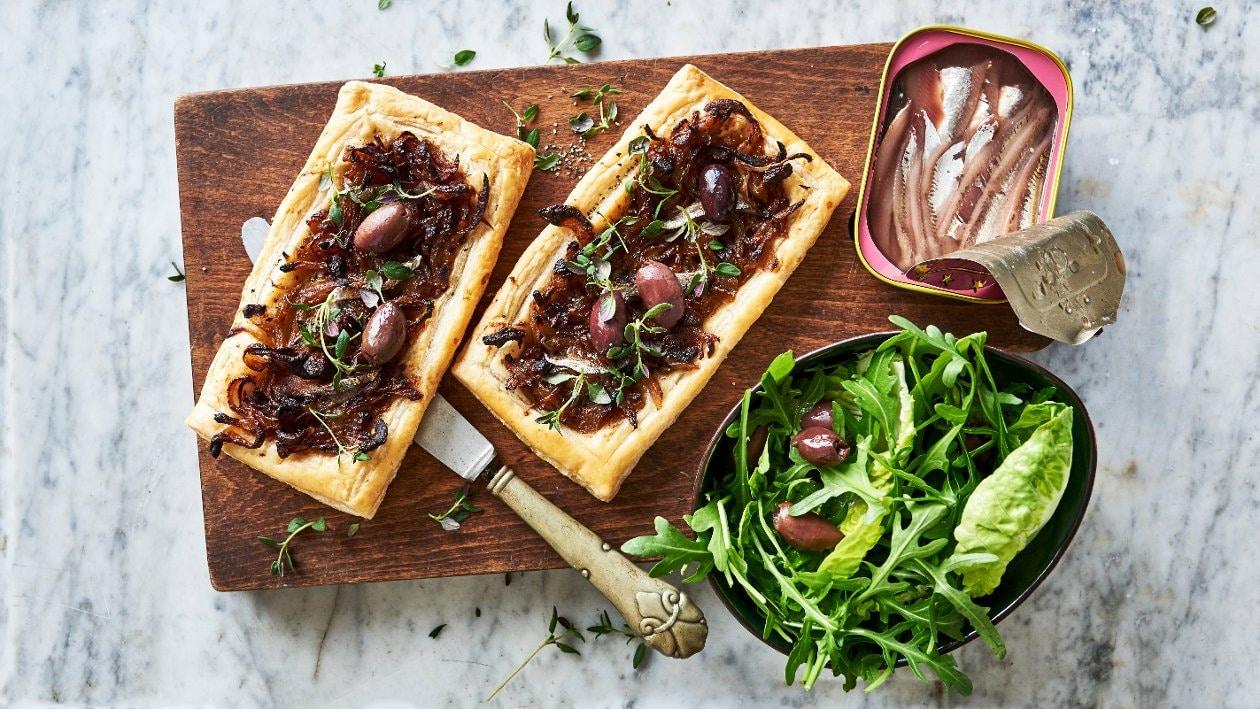 Karamelliserad löktarte med oliv och anchovis